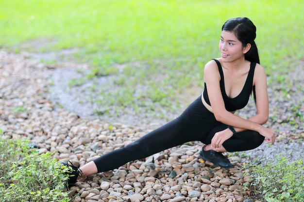 Jeune femme en bonne santé et sportive faire du yoga étirement en plein air