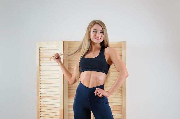 Jeune femme en bonne santé en tenue de sport posant