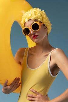 Jeune femme, à, bonnet de bain