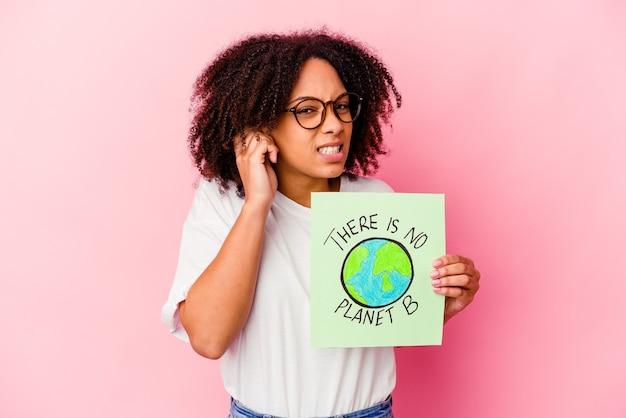 Jeune femme bouclée afro-américaine tenant un carton avec un message