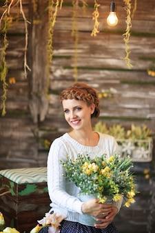 Jeune femme avec bouquet de fleurs