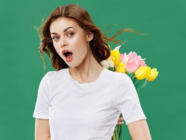 Jeune femme, à, bouquet fleurs
