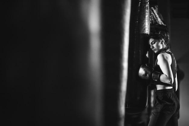 Jeune femme boxeur s'entraînant au gymnase