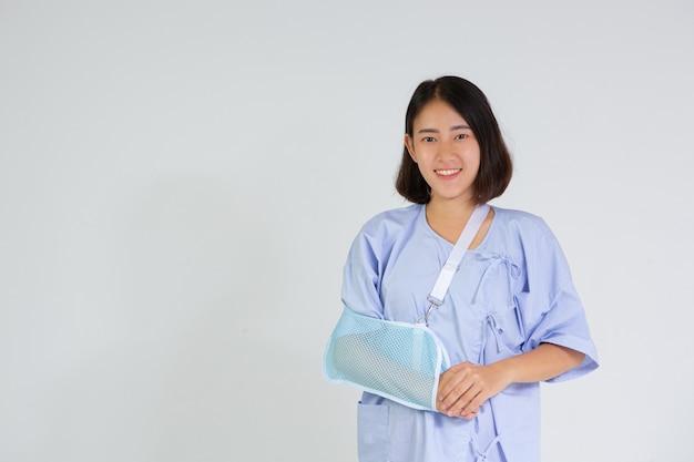 Jeune femme avec un bras cassé portant une attelle de bras