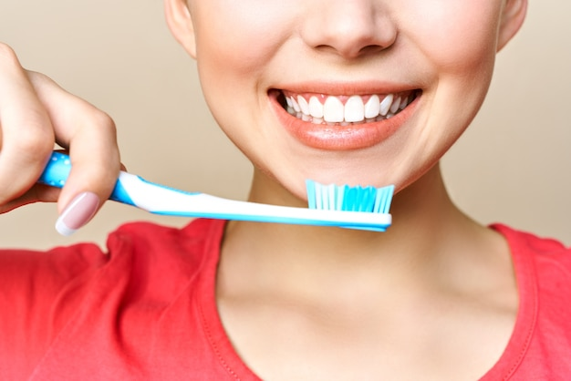 Jeune femme, brosser ses dents