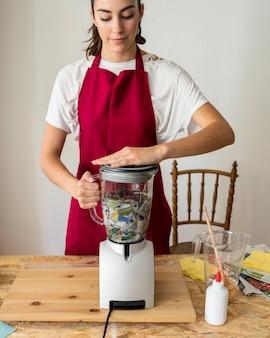 Jeune femme, broyage, déchiré, papier, dans, mélangeur, broyeur