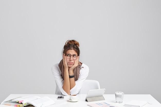 Jeune Femme Brune Assise Au Bureau Photo gratuit