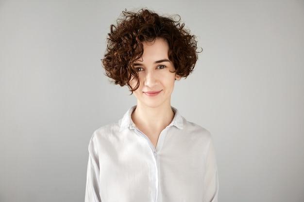 Jeune femme brune aux cheveux bouclés
