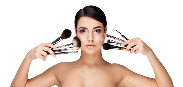 Jeune femme brune avec une belle peau propre