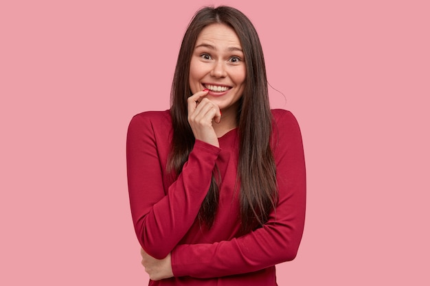 Jeune femme brune en chemisier rouge