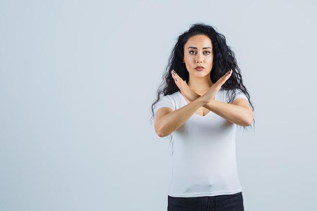 Jeune Femme Brune Dans Un T-shirt Blanc Photo gratuit
