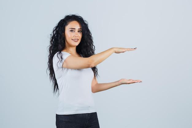 Jeune femme brune dans un t-shirt blanc
