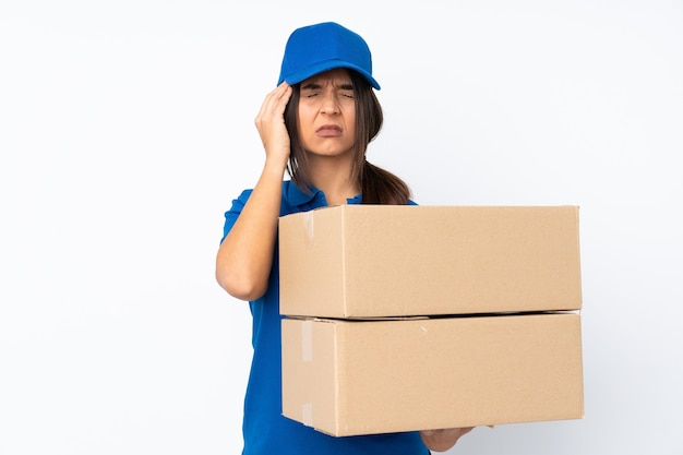 Jeune femme brune de livraison sur blanc isolé avec des maux de tête