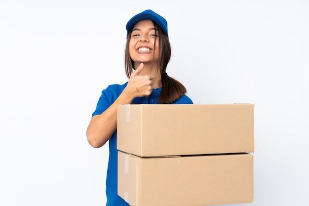 Jeune femme brune de livraison donnant un coup de pouce geste