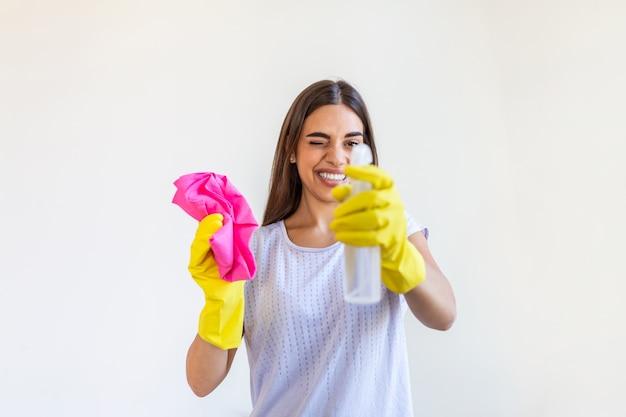 Jeune femme brune nettoyant la maison