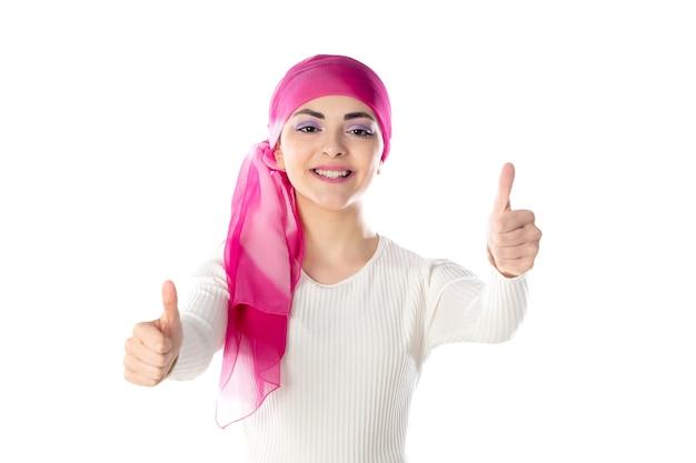 Jeune femme brune portant un foulard rose isolé