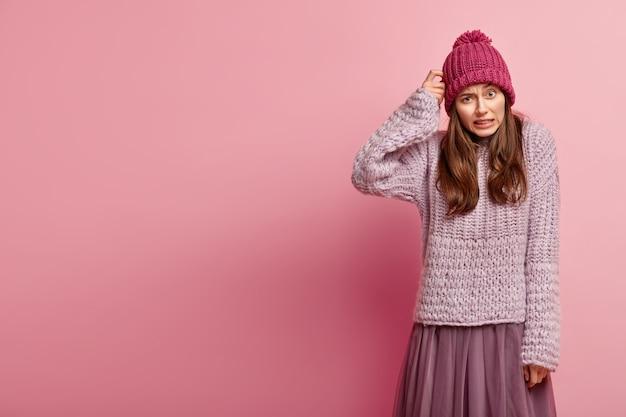 Jeune femme brune portant des vêtements d'hiver colorés