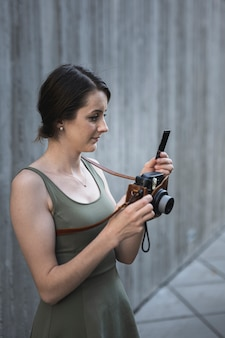 Jeune femme brune en regardant la caméra