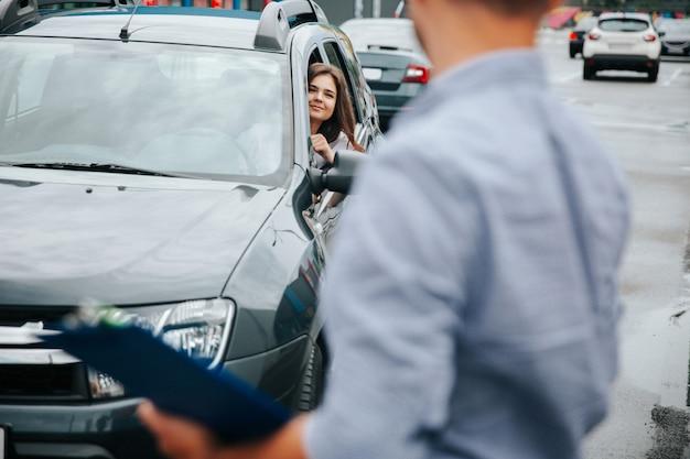Jeune femme brune à son examen de conduite