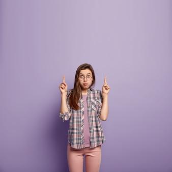 Jeune femme brune en vêtements colorés