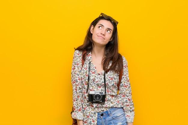 Jeune femme brune voyageur rêvant d'atteindre ses objectifs