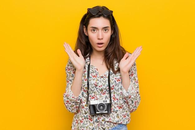Jeune femme brune voyageur surprise et choquée.