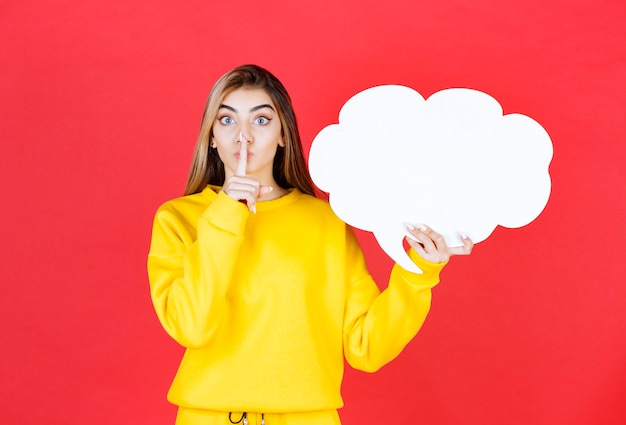 Jeune femme avec une bulle de dialogue faisant signe silencieux sur rouge