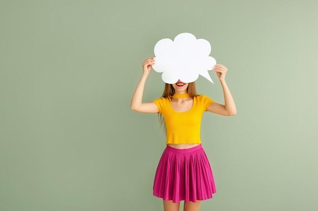Jeune femme, à, bulle discours, sur, surface couleur