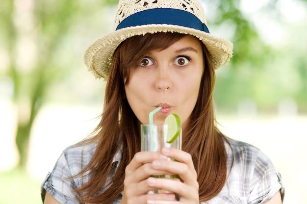 Jeune femme buvant du mojito