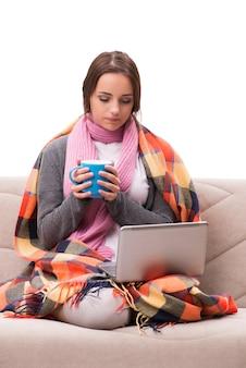 Jeune femme buvant du thé pendant la fièvre