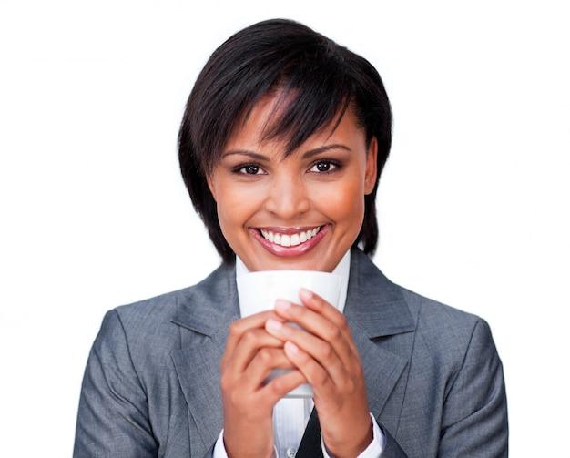 Jeune femme buvant une tasse de thé