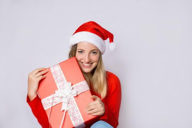 Jeune femme avec un cadeau de noël.