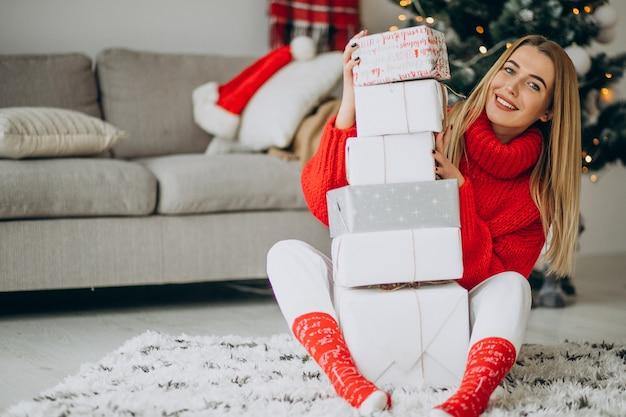 Jeune femme avec des cadeaux de noël