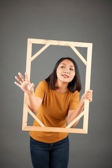 Jeune femme, à, cadre photo bois