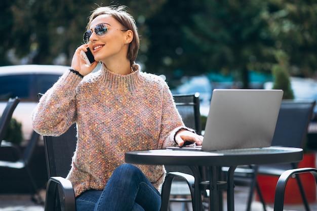 Jeune femme, café, ordinateur portable