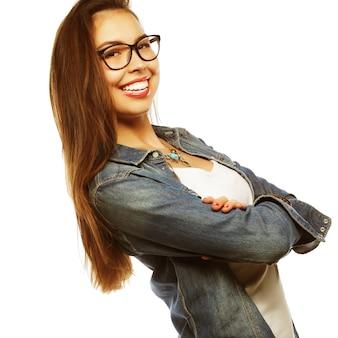 Jeune femme calme et sympathique avec des lunettes