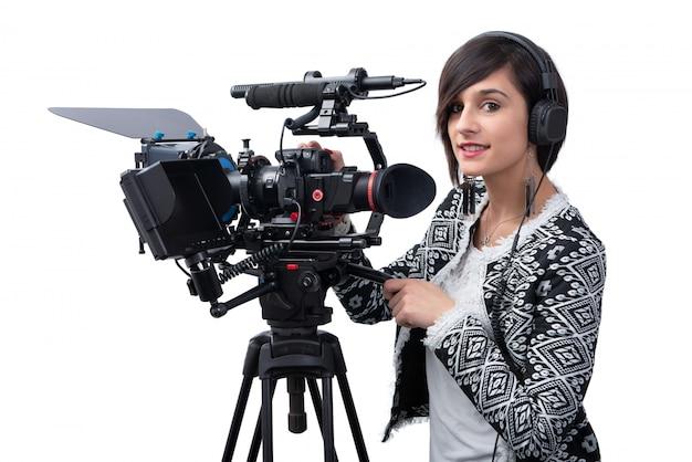 Jeune femme avec une caméra vidéo professionnelle, dslr, on white