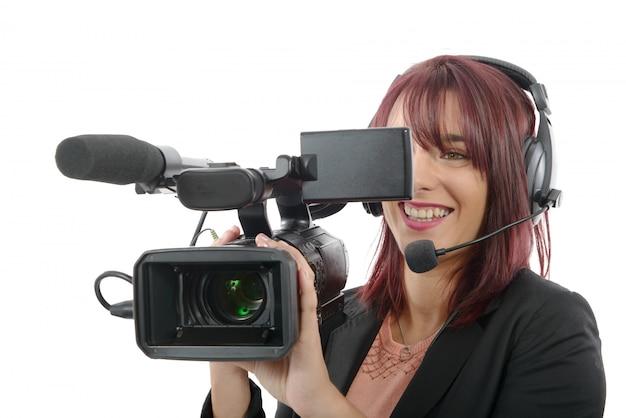 Jeune femme avec une caméra vidéo professionnelle