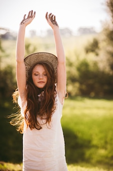 Jeune femme en campagne