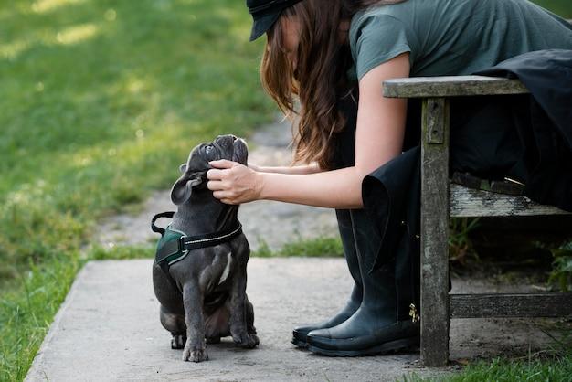 Jeune femme caressant un chien lors d'un voyage