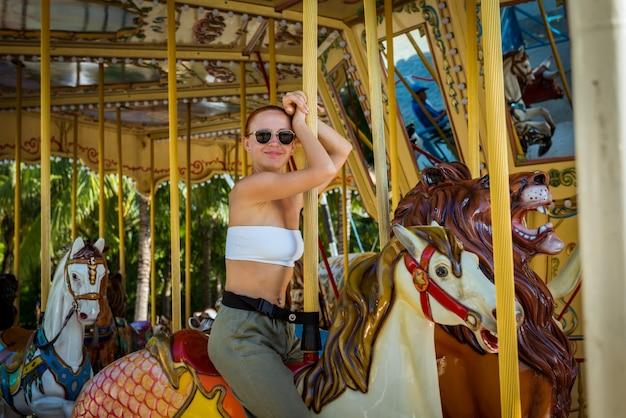 Jeune femme sur carrousel
