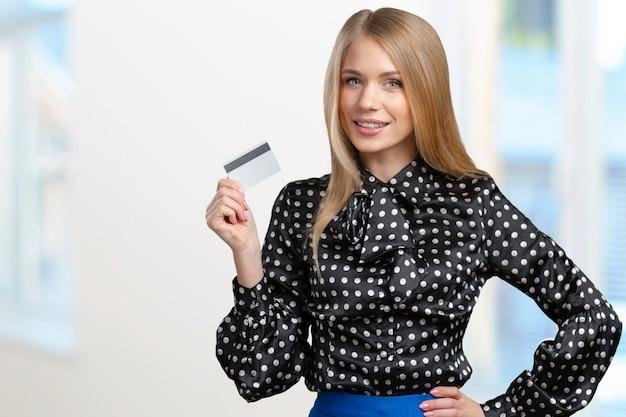 Jeune femme avec carte de crédit