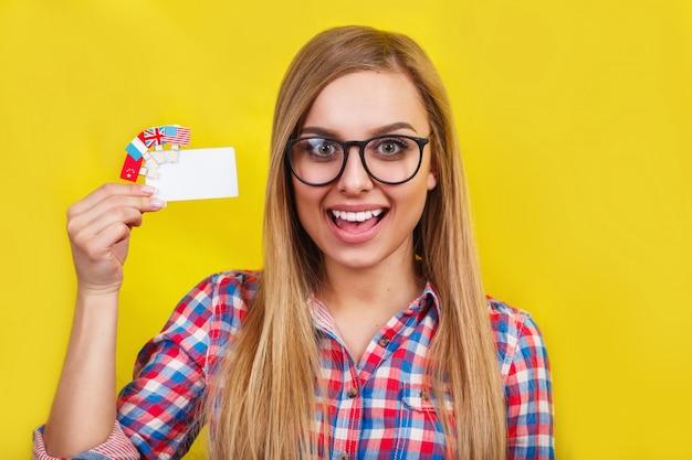 Jeune femme avec carte et drapeaux de différents pays parlant.