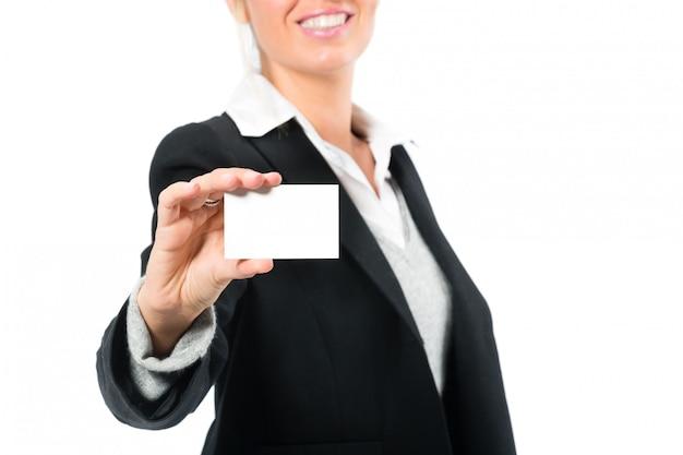 Jeune femme avec une carte de visite