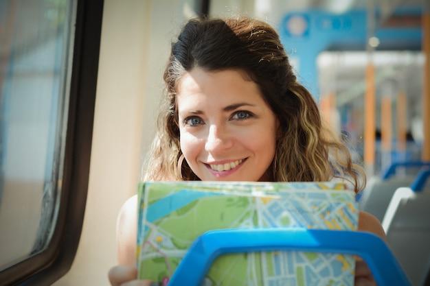 Jeune femme avec carte voyageant en train. mode de vie des gens.