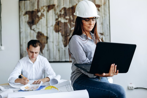 Jeune, femme, casque blanc, bureau, ordinateur portable