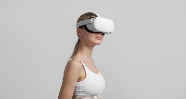 Jeune femme en casque vr sur sa tête sur un fond clair