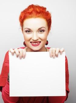 Jeune femme casual heureuse holding signe vierge