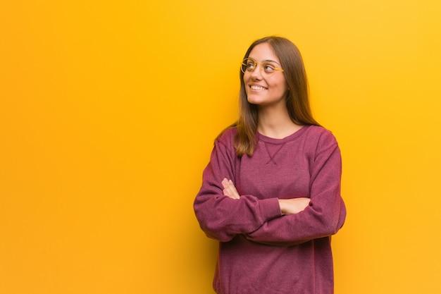 Jeune femme casual souriante confiante et croise les bras, haut