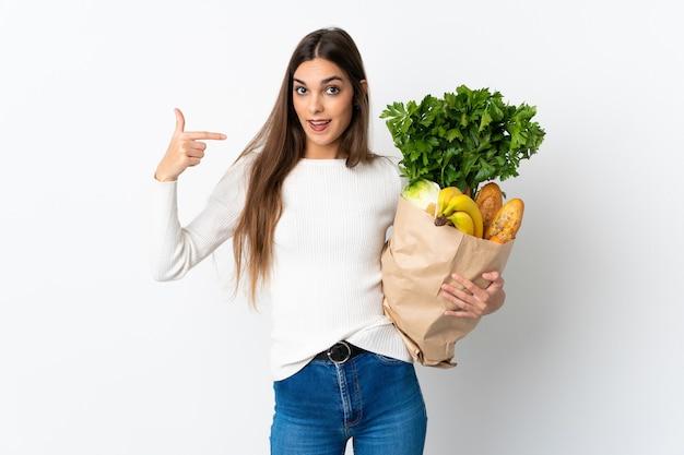 Jeune femme caucasienne, acheter de la nourriture isolée sur blanc, donnant un geste de pouce en l'air